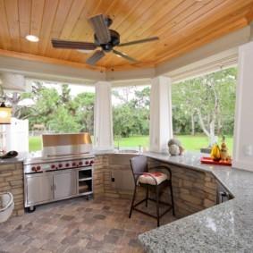 Открытая кухня на террасе дачного дома