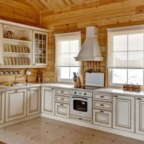 Классический гарнитур в кухне срубового дома