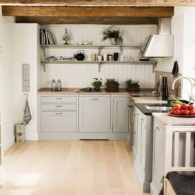 Небольшая кухня с Г-образным гарнитуром