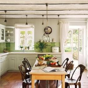 Светлая кухня с дверью в сад