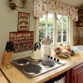 Электрическая плита в кухне загородного дома
