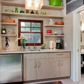 Полки для посуды вокруг кухонного окна