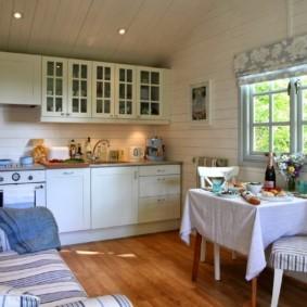Кухня с диваном в деревянном доме
