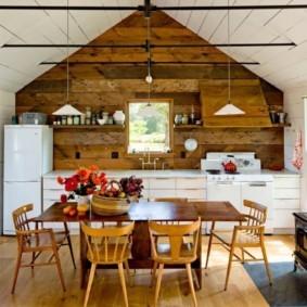 Металлическая печка в кухне деревенского дома
