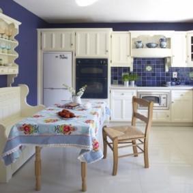 Кухонная скатерть с ярким рисунком