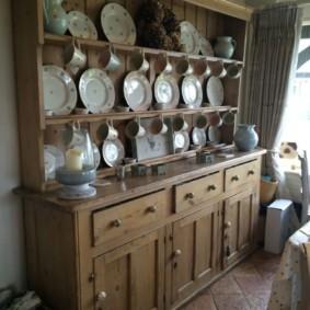 Деревянный комод с кухонной посудой