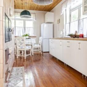 Узкая кухня с дощатым полом