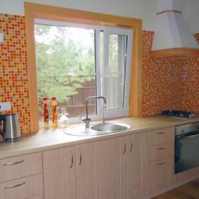 Рабочая зона кухни вдоль стены с окном