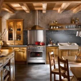Деревянная кухня с низким потолком