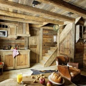 Кухня в дачном домике с лестницей