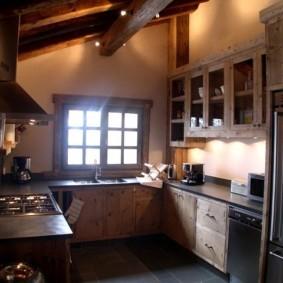 Простая кухня в дачном доме
