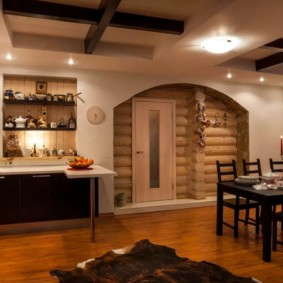 Просторная кухня в бревенчатом доме
