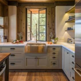 Открытое окно за кухонной мойкой