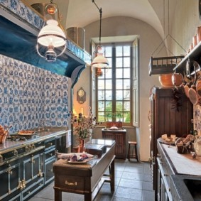 Двухрядная кухня под старину в частном доме