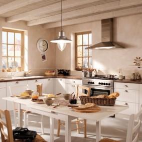 Обеденный стол в сельской кухне