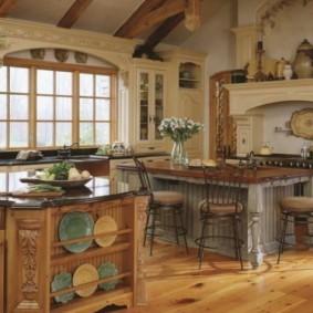 Торец кухонного острова с полками для тарелок
