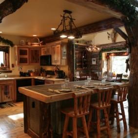 Деревянные столбы в кухне частного дома