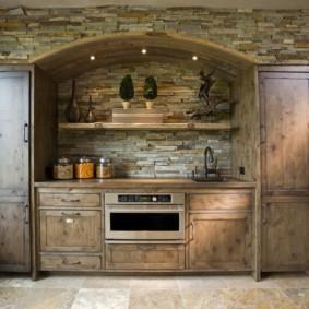 Отделка стены кухни искусственным камнем