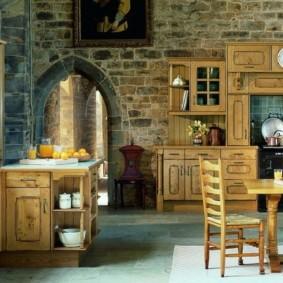 Каменная стена за кухонным гарнитуром