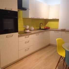 Желтый фартук в угловой кухне