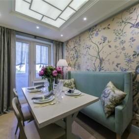 Стеклянный потолок в кухне с диваном