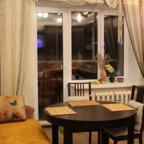 Бамбуковые салфетки на темно-коричневом столе