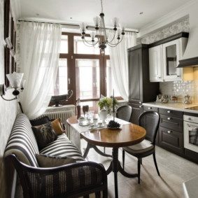 Диван-кушетка в кухне с балконом