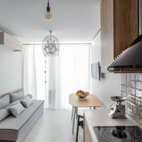 Узкая кухня с удобным диваном