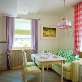 Небольшая кухня-гостиная с двумя окнами