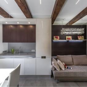 Коричневый балки на белом потолке