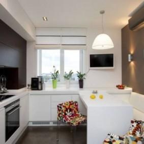 Черно-белый интерьер кухни с диваном