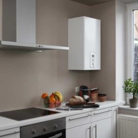 Газовый котел в интерьере кухни без навесных шкафов