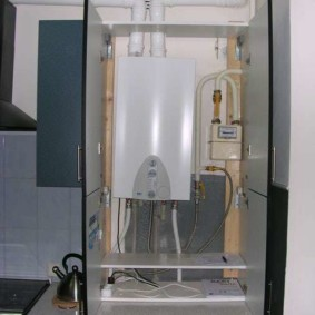 Маскировка труб в кухне с газовой колонкой