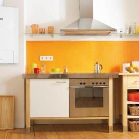 Яркий фартук кухни в сельском доме