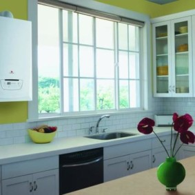 Кухня частного дома с мойкой у окна