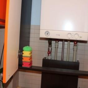 Губки для мытья посуды на полочке в шкафу