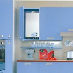 Белая колонка внутри гарнитура с голубыми фасадами