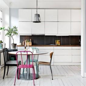 Кухня с нажимными механизмами открывания дверок