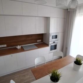 Белые фасады кухонного гарнитура без ручек