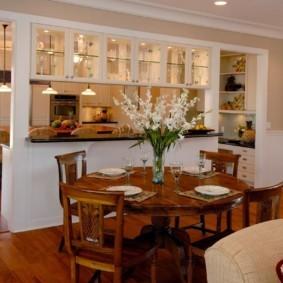 Перегородка со шкафами между кухней и гостиной