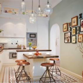Семейные фотографии на стене кухни