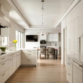 Узкая кухня-гостиная в частном доме