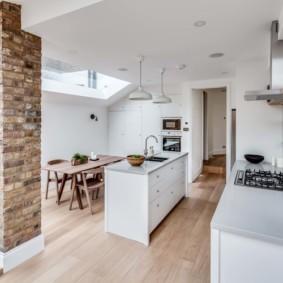 Белый потолок в кухне загородного дома