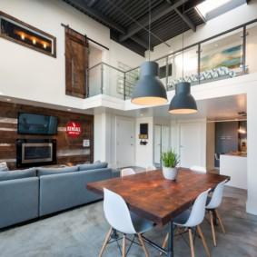 Обеденная зона кухни-гостиной с высоким потолком