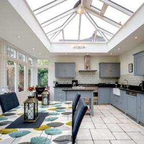 Панорамное окно в потолке кухни-столовой
