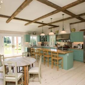 Деревянные балки на потолке кухни в сельском доме