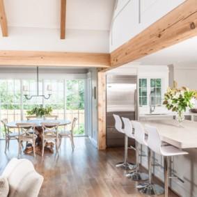 Деревянная арка в кухне-гостиной