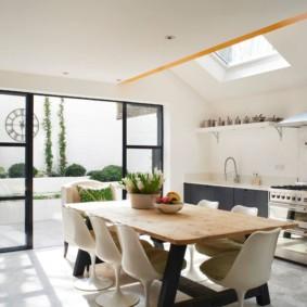 Кухня-столовая с окнами в потолке