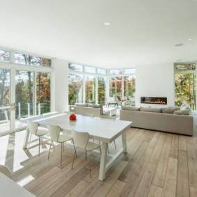 Кухня гостиная с большими окнами