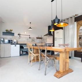 Деревянный стол в современной кухне-столовой